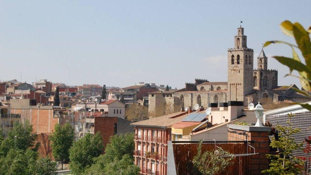 Foto: Vista de la ciudad y el Monasterio de Sant Cugat del Vallès. (Álvaro Jaramillo, Wikipedia)