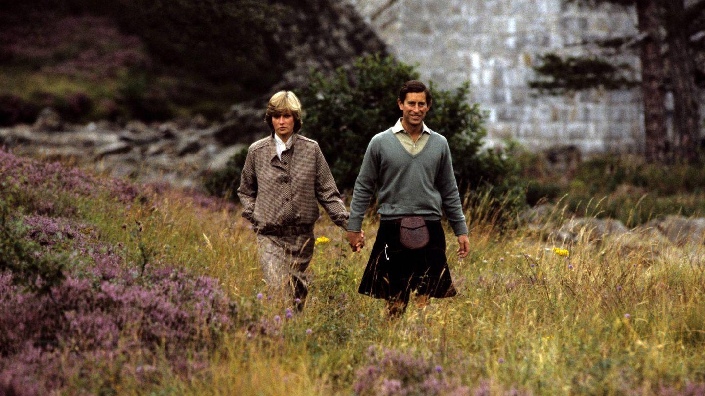 Diana y Carlos paseando por Balmoral. (Cordon Press)