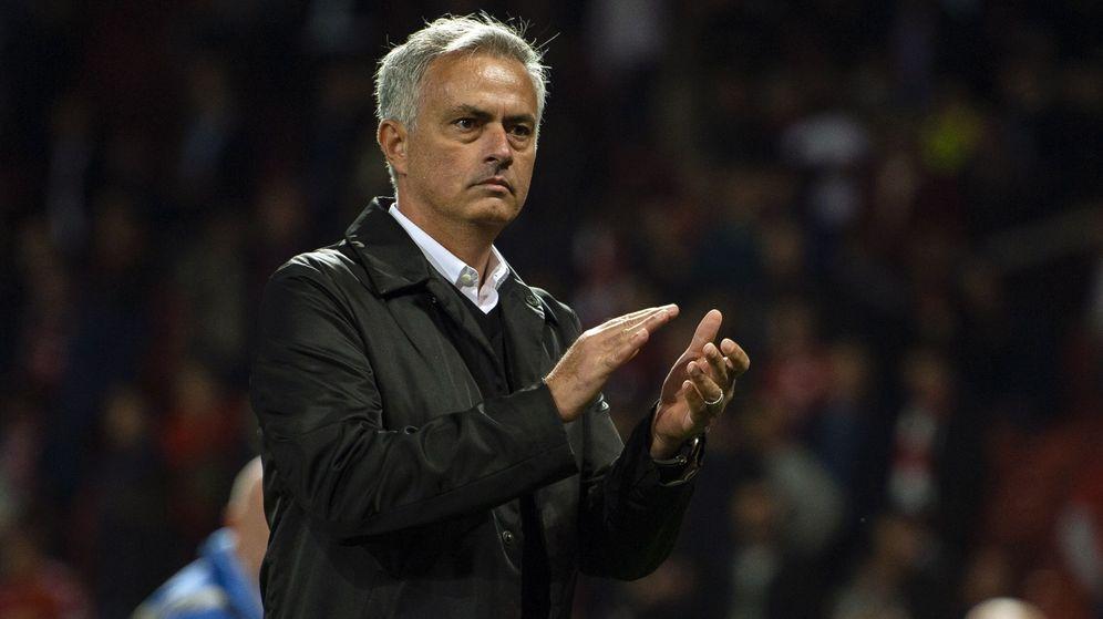 Foto: Mou aplaude a la afición tras perder ante el Spurs. (EFE)