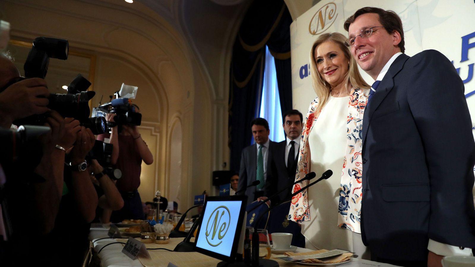 Foto: El portavoz del PP en el Ayuntamiento de Madrid, José Luis Martínez-Almeida, junto a la presidenta de la Comunidad de Madrid, Cristina Cifuentes. (EFE)