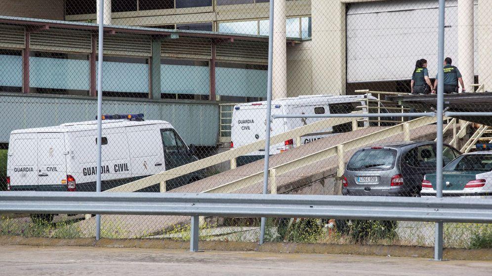 Foto: Llegada de los vehículos policiales que trasladan a Luis Bárcenas, a Guillermo Ortega y a Alberto López Viejo a la cárcel de Soto del Real. (EFE)