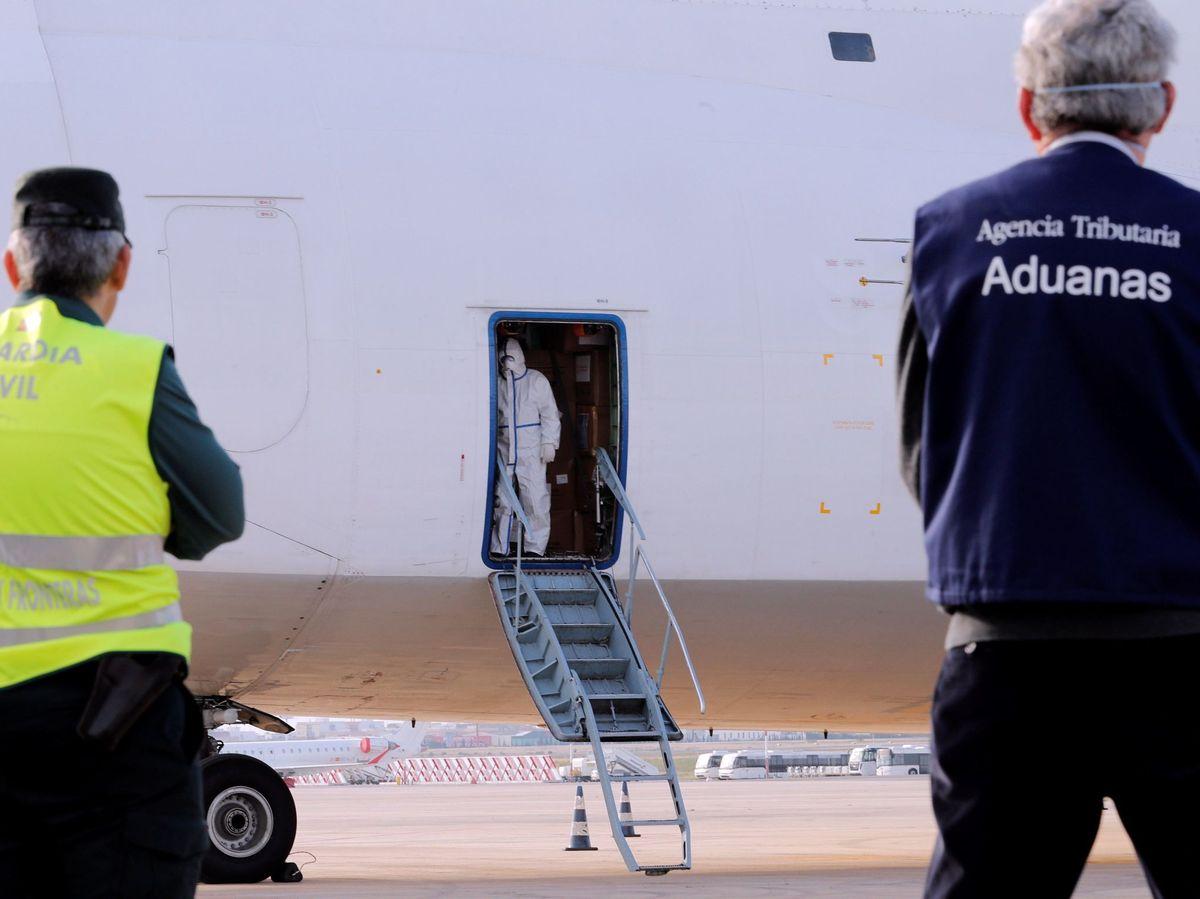 Foto: Un agente de la Guardia Civil aguarda junto a un avión - Archivo. (EFE)