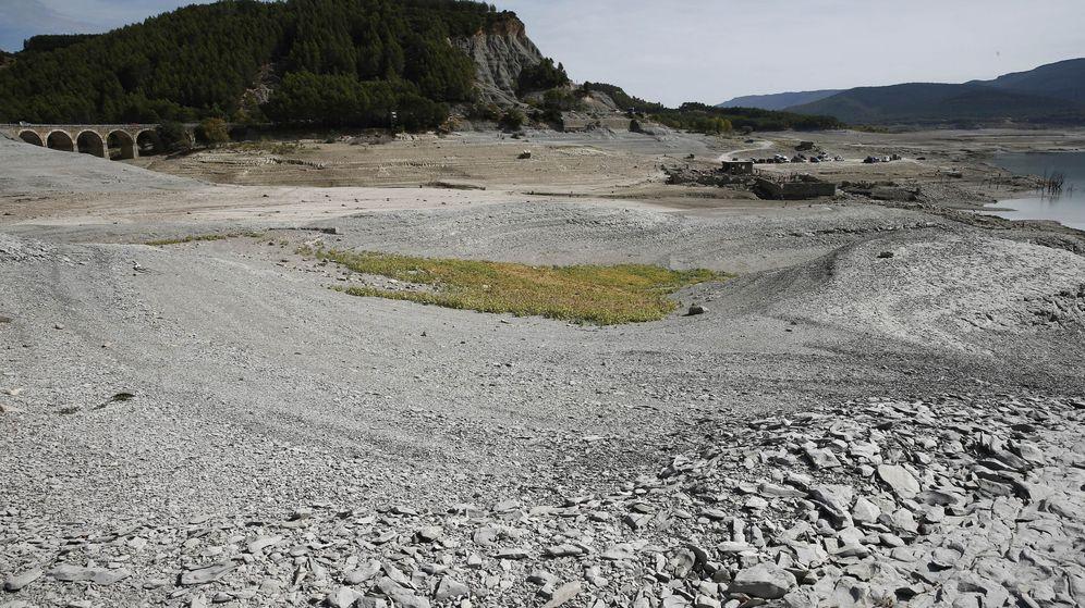 Foto: La ausencia de lluvias en los últimos meses en Navarra comienza a cuartear la tierra del pantano de Yesa. (EFE)