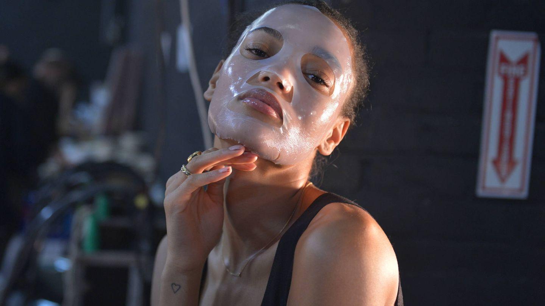 La modelo Pamela Fox con una mascarilla de hidrogel en el backstage de 111SKIN. (Getty)