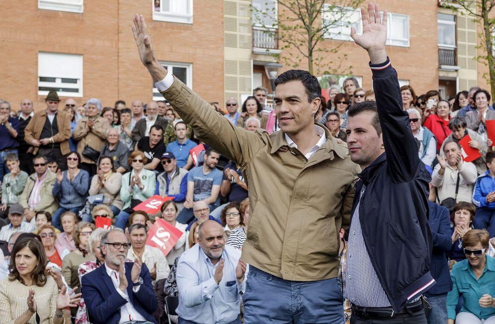 Foto: Pedro Sánchez, junto al líder del partido en Castilla y León, Luis Tudanca. (EFE)