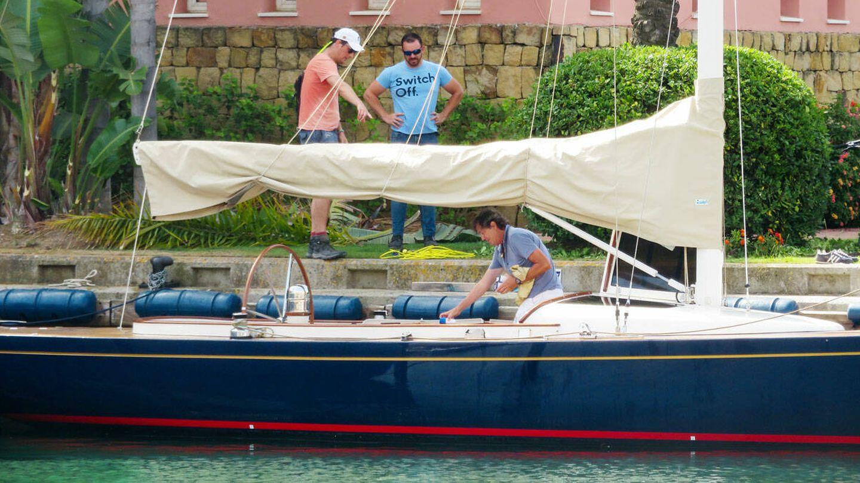 El empresario señala algún detalle del velero. (Gtres)