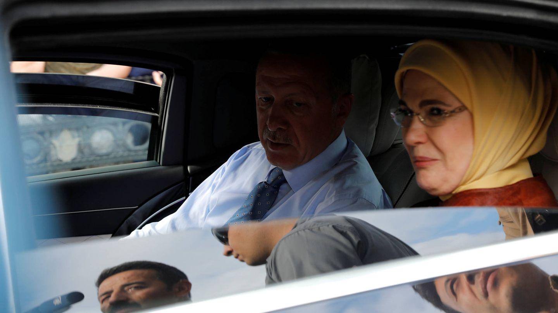 Erdogan y su esposa, Emine Erdogan, abandonan su residencia en Estambul. (Reuters)