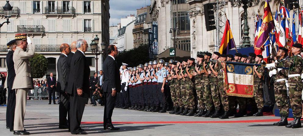 Foto: Hollande se inclina ante la bandera republicana en el aniversario de 2012.