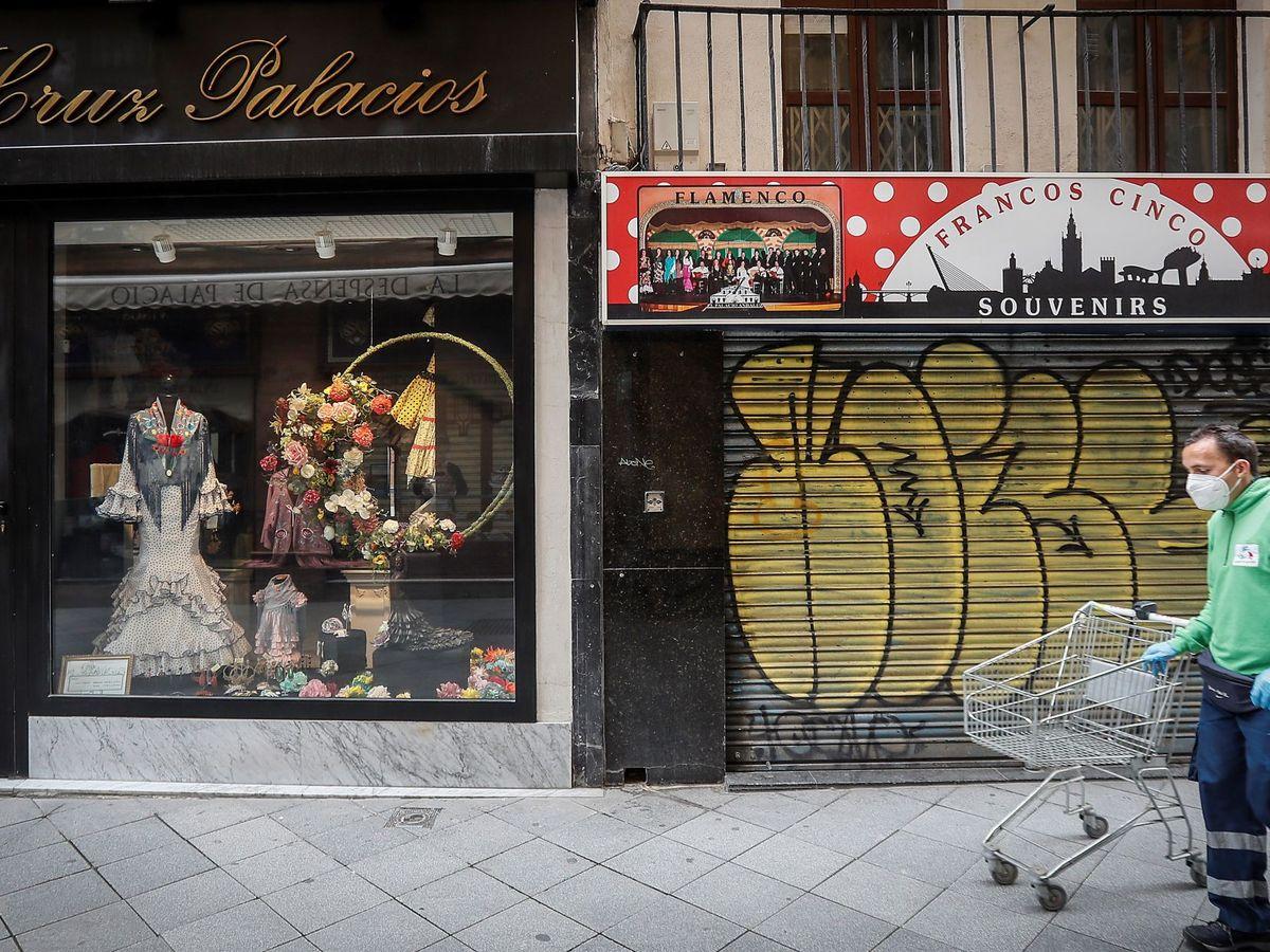 Foto: Comercio cerrado en Sevilla. (EFE)