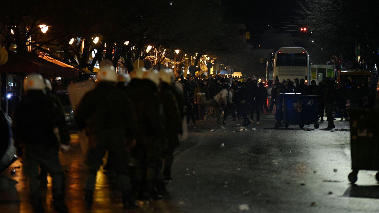 Aficionados del PAOK de Salónica se enfrentan a los antidisturbios, el 25 de febrero de 2018. (Reuters)