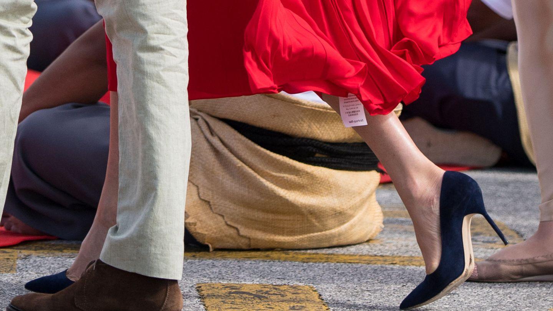 La etiqueta colgando del vestido de Meghan. (Reuters)