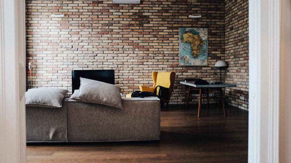 Foto: Un salón con papel pintado. (Unsplash)