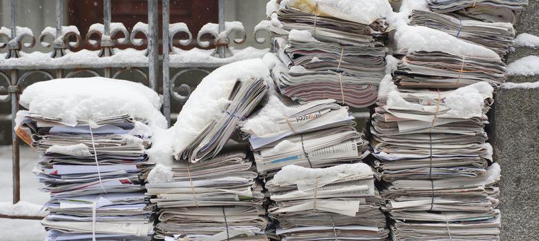 Foto: Una pila de periódicos cubiertos por la nieve en Zurich. (Corbis)