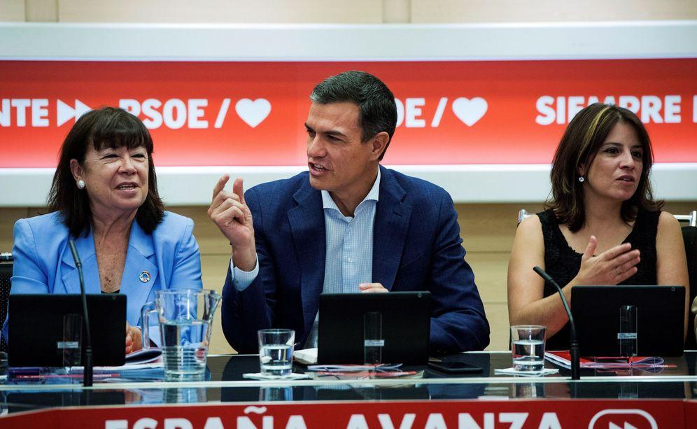 Foto: Pedro Sánchez, con Cristina Narbona y Adriana Lastra, este 8 de julio durante la reunión de la permanente del PSOE. (EFE)