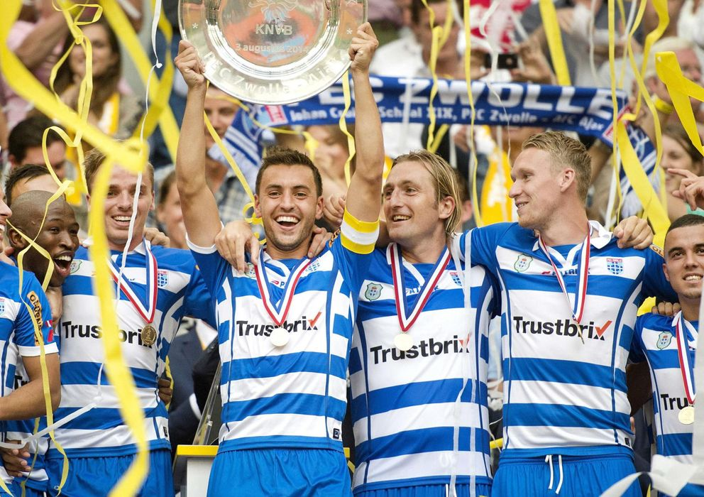 Foto: Los jugadores del PEC Zwolle levantan el título de campeones de la Supercopa de los Países Bajos.