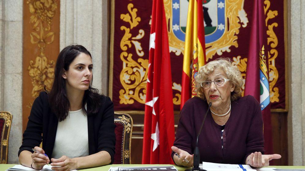 Foto: La alcaldesa de Madrid, Manuela Carmena, junto a la portavoz municipal, Rita Maestre. (EFE)