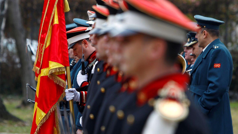Foto: Miembros de la guardia de honor de Macedonia durante una ceremonia de bienvenida al ministro de Defensa croata en Skopje. (Reuters)