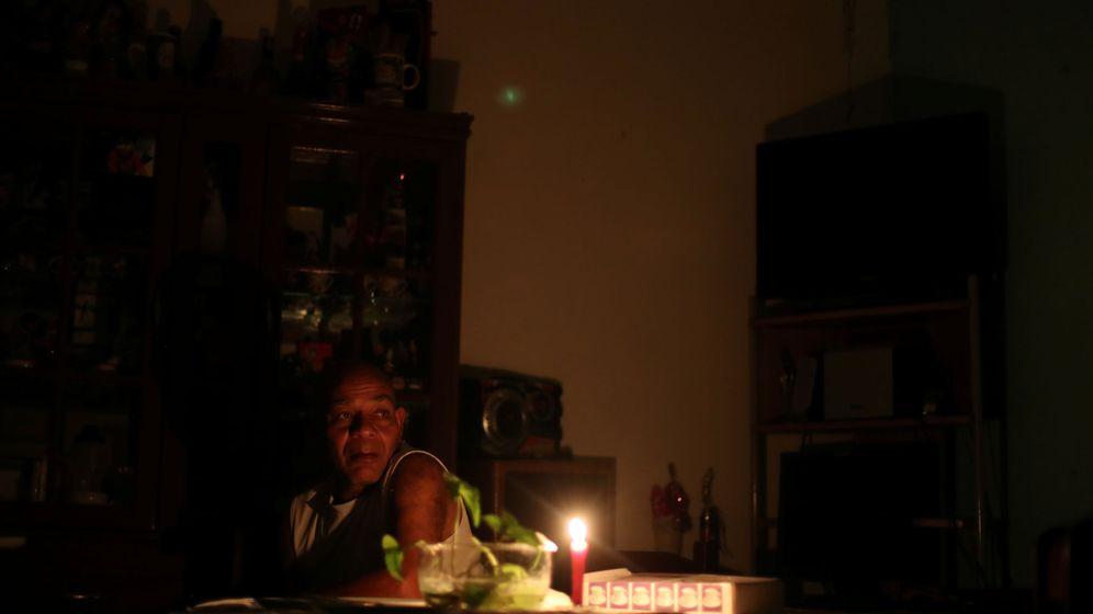 Foto: Un hombre usa una vela en su vivienda de Caracas ante la falta de luz. (Reuters)