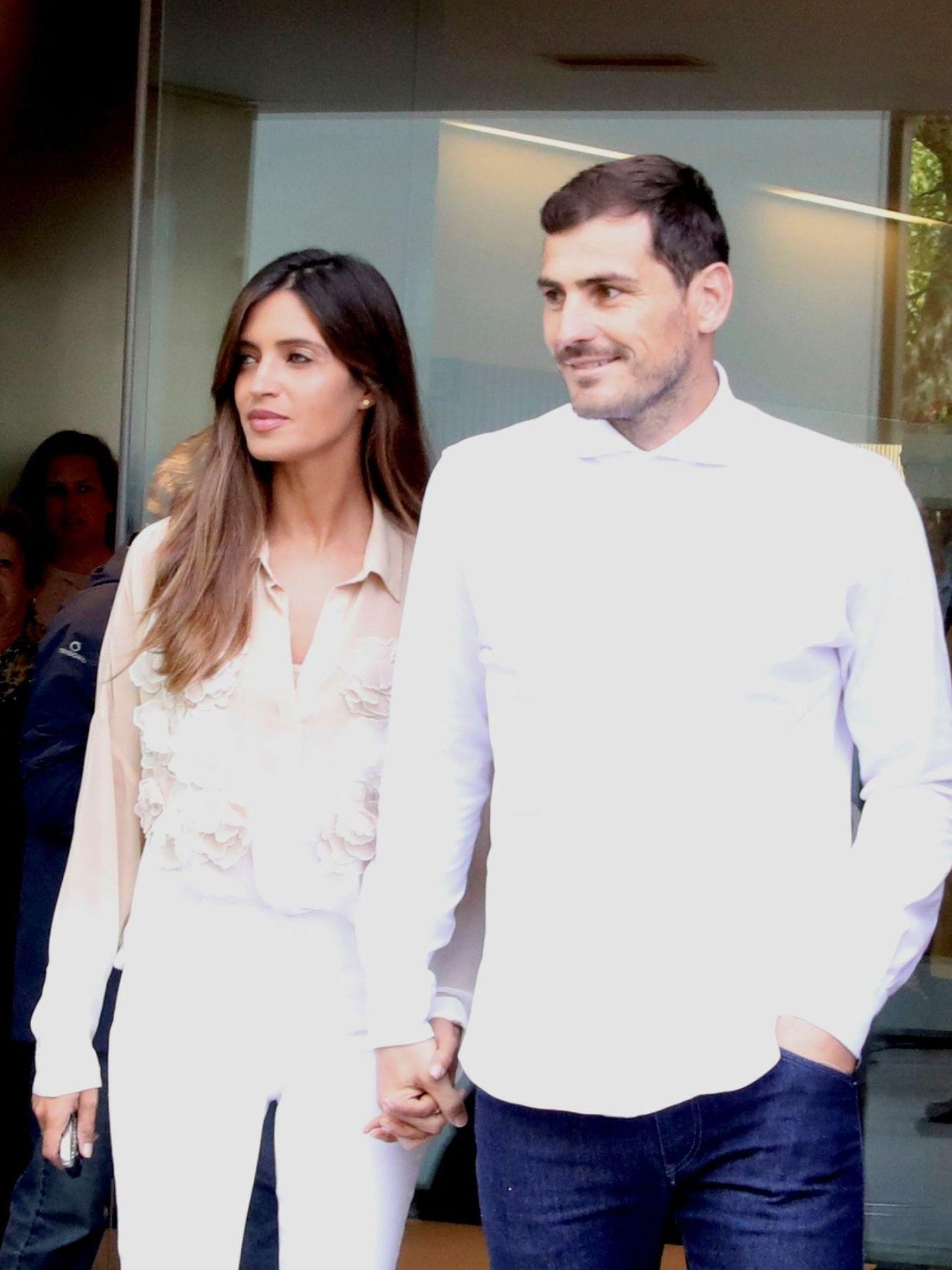 Iker Casillas y Sara Carbonero, el día que él abandonó el hospital tras sufrir un infarto. (EFE)
