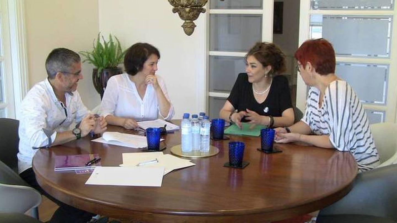 Sandra Ortega (derecha), en una reunión de trabajo. (Paideia)