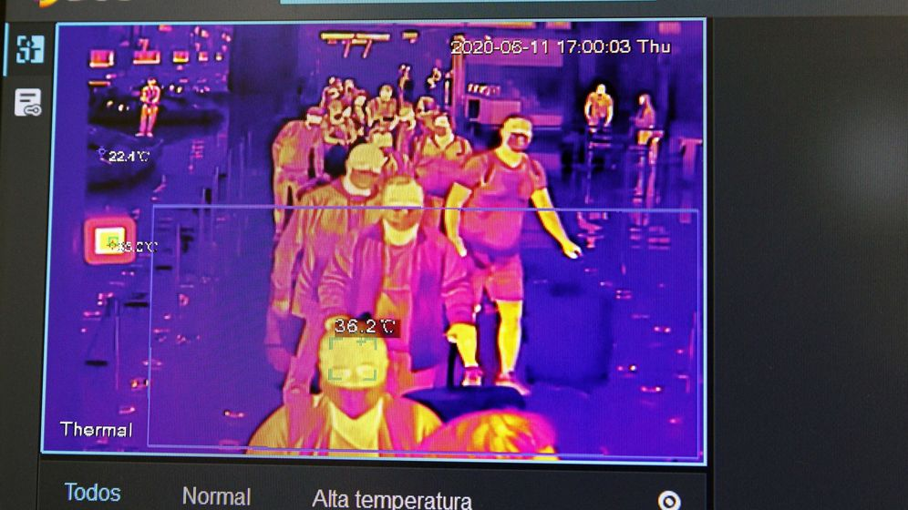 Foto: Una pantalla muestra un control de temperatura en el Aeropuerto Adolfo Suárez Madrid-Barajas. (EFE)