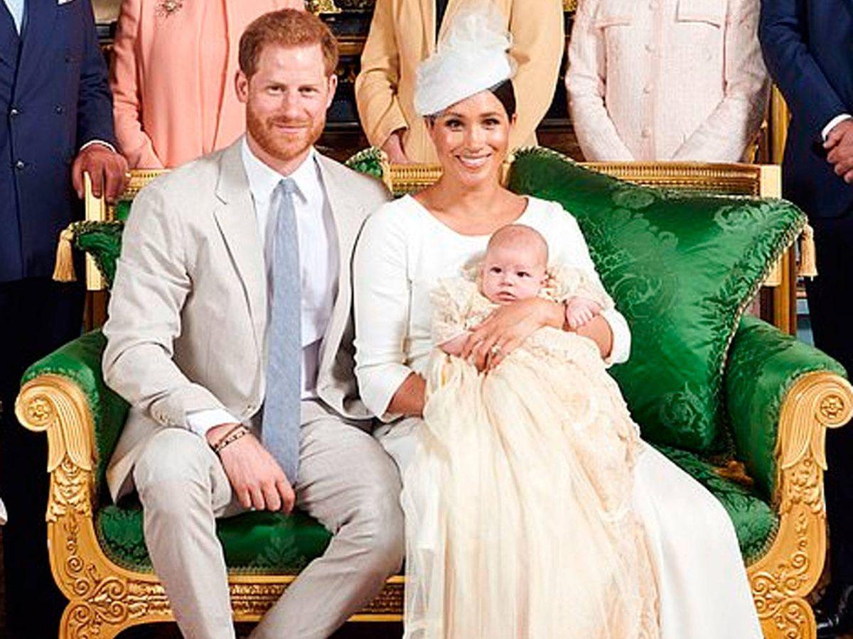Foto: Harry y Meghan junto a su hijo Archie en el día de su bautizo. (IG)