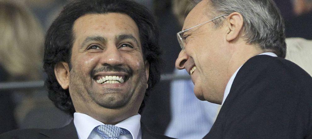 Foto: Al-Thani dialoga con Florentino Pérez durante un partido entre el Málaga y el Real Madrid.
