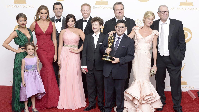 El elenco de 'Modern Family' tras recibir un galardón de la Academia. (EFE)