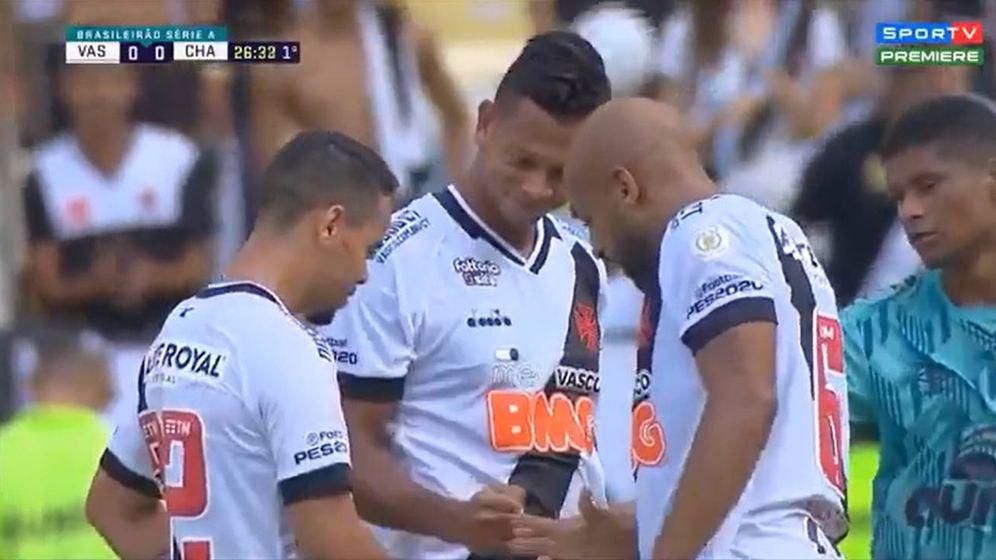 Foto: Los tres jugadores del Vasco de Gama (y el del Chapecoense) jugando a piedra, papel o tijera (Foto: YouTube)