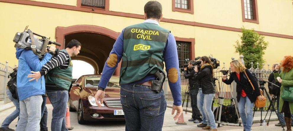 Foto: Agentes de la UCO protegen la salida de un vehículo en la sede de la Diputación Provincial de Sevilla. (EFE)