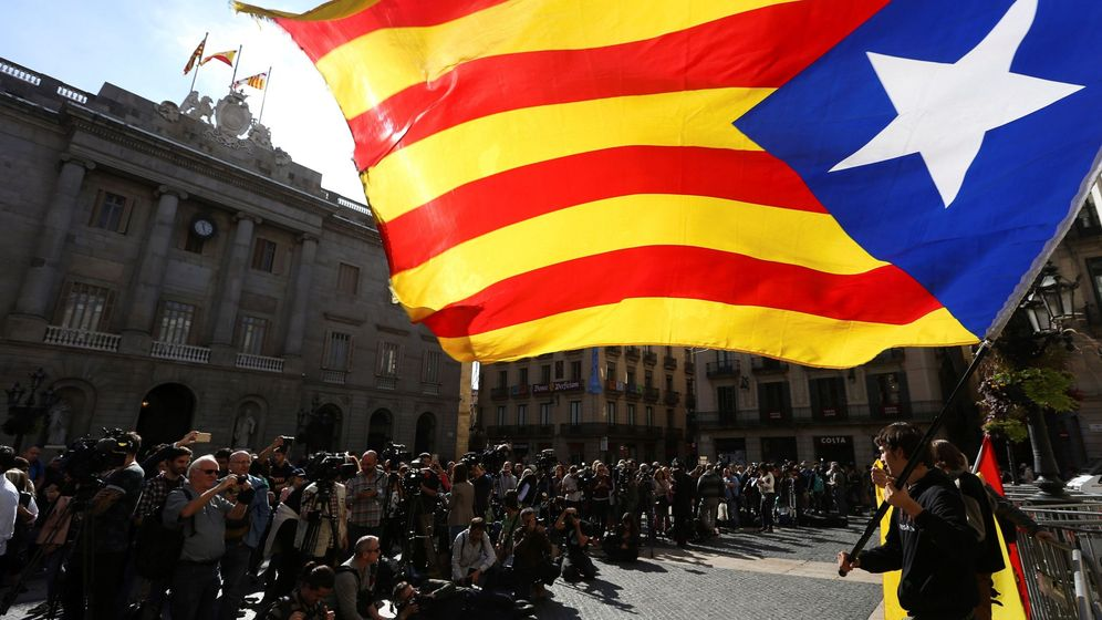 Foto: Una estelada ondea tras la aplicación del 155 ante el Palau de la Generalitat. (EFE)