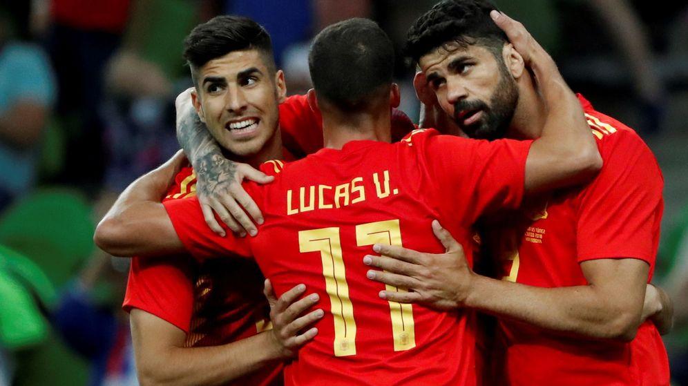 Foto: Lucas Vázquez y Marco Asensio abrazan a Diego Costa tras fabricar el gol de Iago Aspas a Túnez. (Efe)