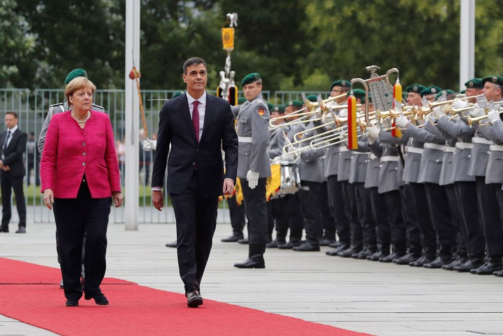 Foto: Pedro Sánchez, a su llegada a Berlín, con la canciller alemana, Angela Merkel, este 26 de junio. (EFE)