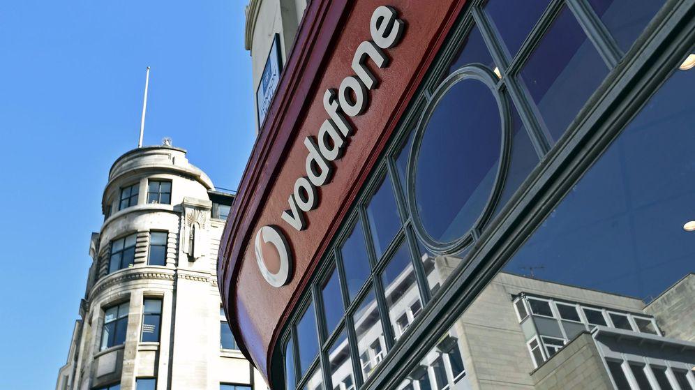 Foto: Un cartel de Vodafone en el exterior de una tienda en Londres. (Reuters)