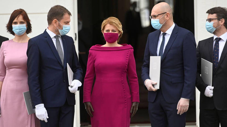 Zuzana ?aputová posa con los nuevos miembros del Gobierno eslovaco. (Reuters)