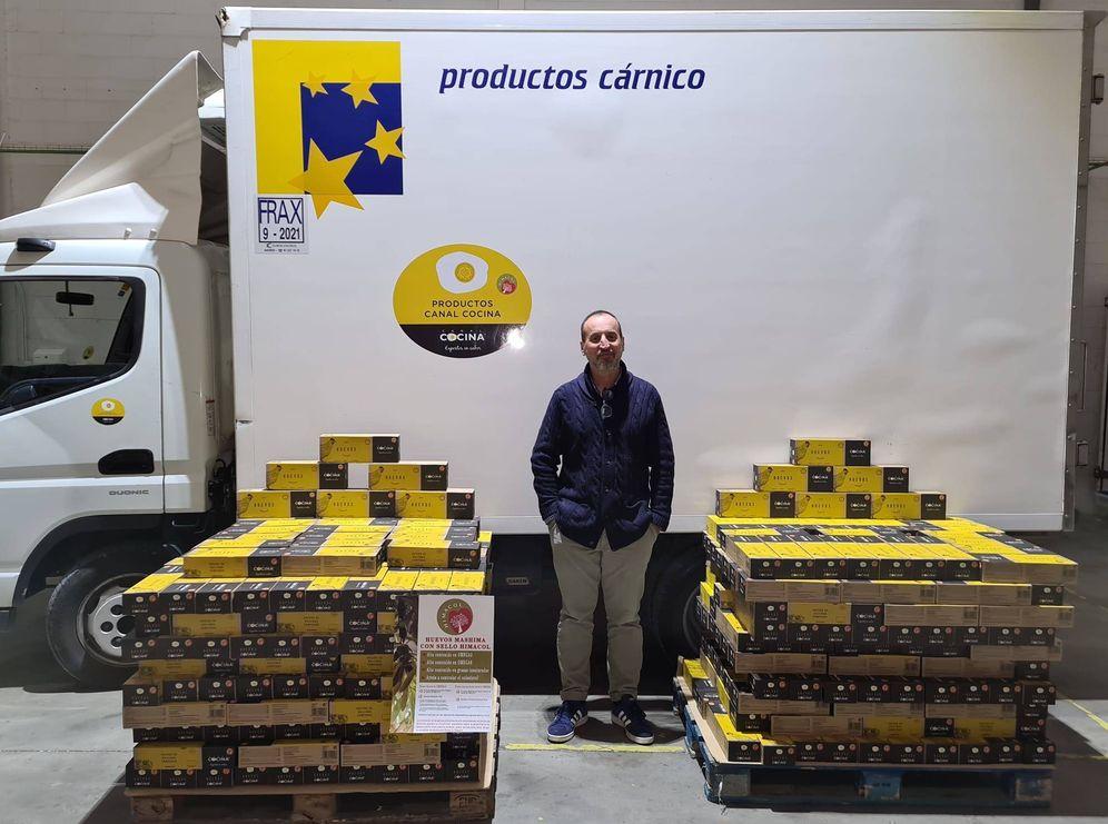 Foto: Jesús Martín, junto a uno de los camiones de la empresa y sus productos.