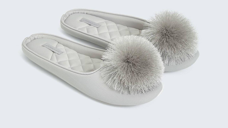 Zapatillas para estar en casa de Oysho. (Cortesía)