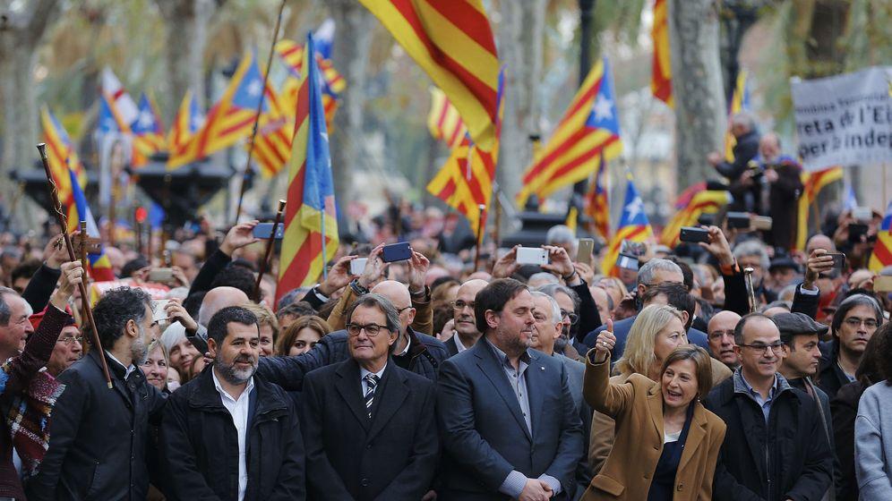 Foto: Mas y Junqueras, junto con otros miembros del Govern, acompañan a declarar a Forcadell ante el TSJC. (EFE)