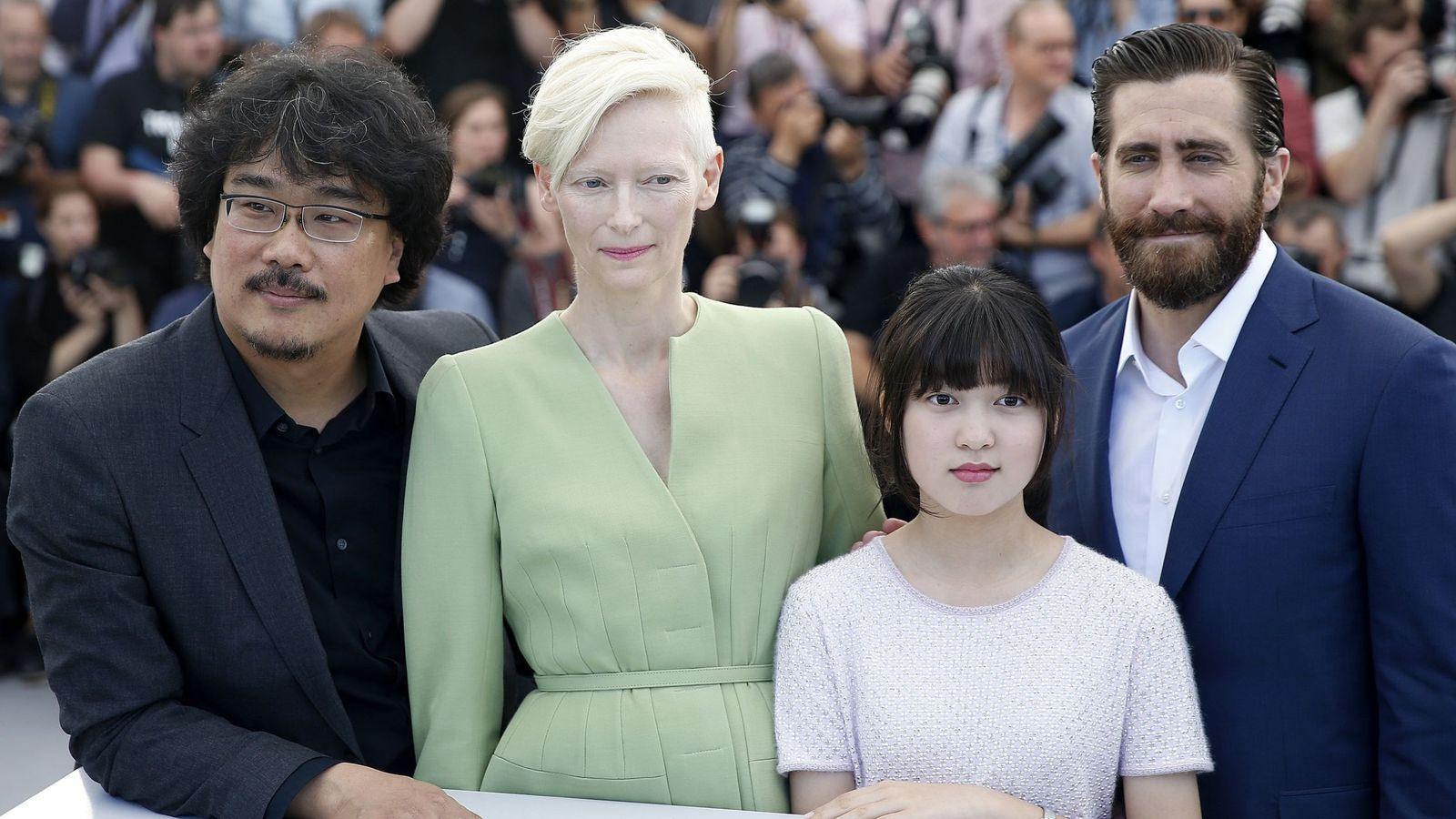 Foto: Bong Joon-ho, Tilda Swinton, Ahn Seo-hyun y Jake Gyllenhaal en la presentación de 'Okja'   EFE