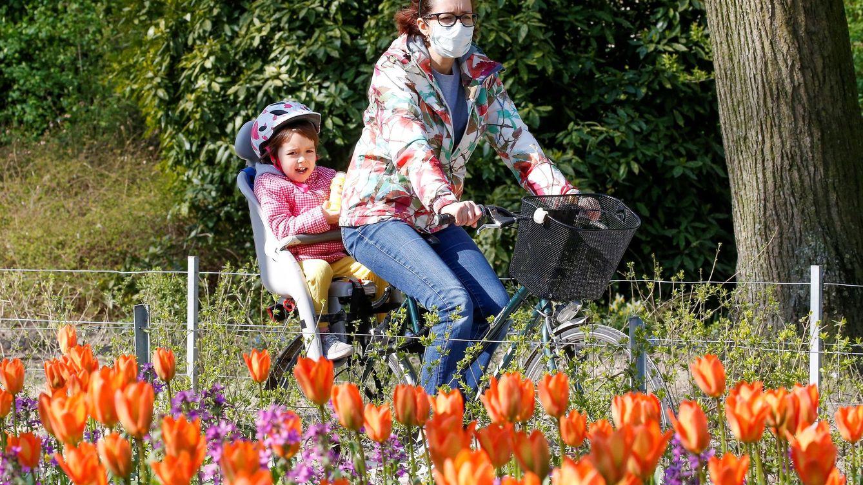 Foto: Una mujer pasea en bicicleta con su hija por Bruselas. EFE
