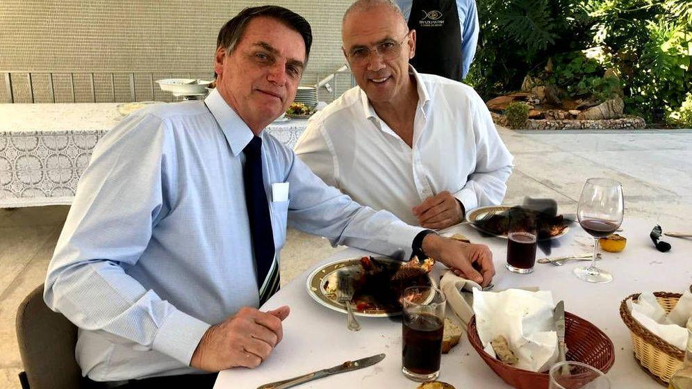 Foto: Jair Bolsonaro y Yossi Sheli, delante de sus platos en los que han borrado la langosta (Foto: Twitter Embajada de Israel en Brasil)