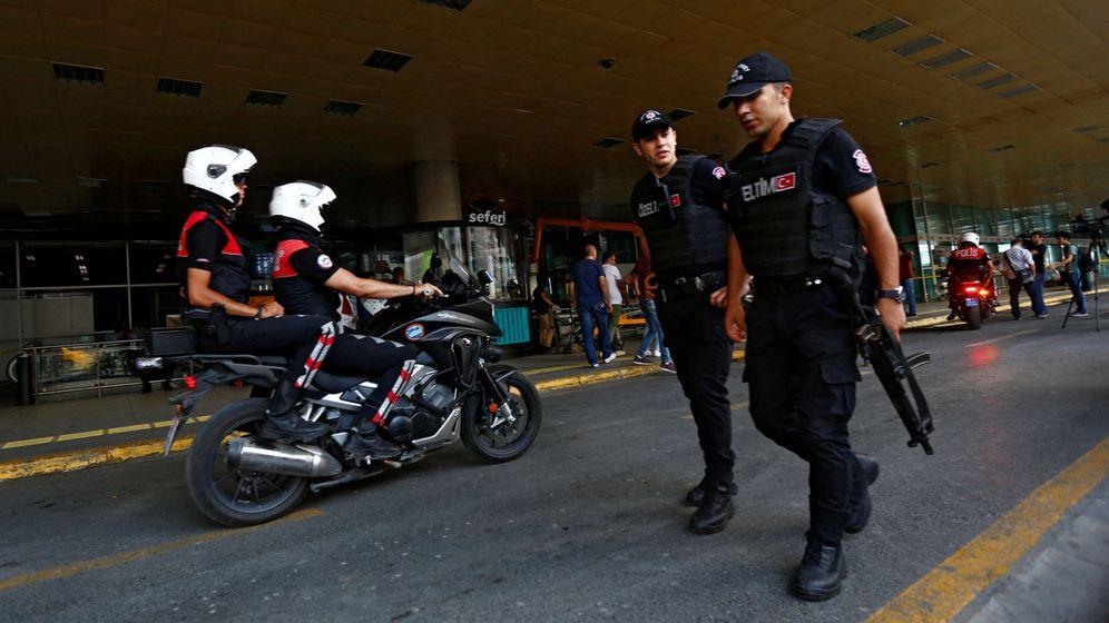 Foto: Policías patrullan el aeropuerto Atatürk de Estambul, un día después del atentado (Reuters)