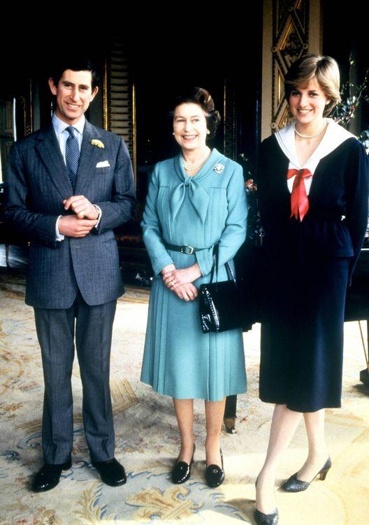 Foto: La reina Isabel II, con Carlos y Diana de Gales. (Cordon Press)