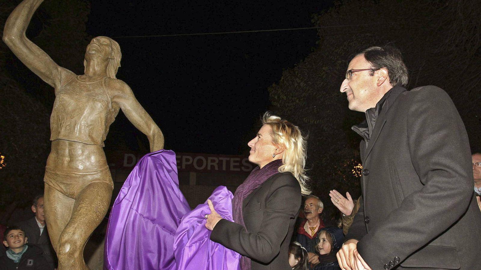 Foto: Marta Domínguez destapa una escultura en honor a la atleta palentina en la ciudad castellana. (EFE)