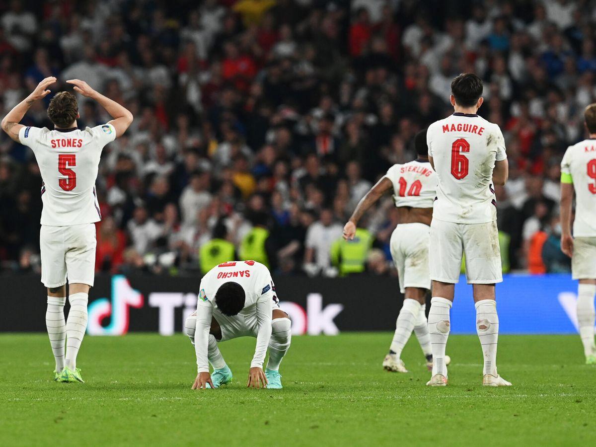 Foto: Los jugadores de los 'Three Lions' se lamentan tras perder la tanda de penaltis ante Italia. (Reuters)
