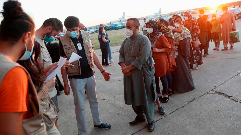 Foto: Ciudadanos afganos llegan a la Base de Torrejón de Ardoz, en Madrid. (Reuters)