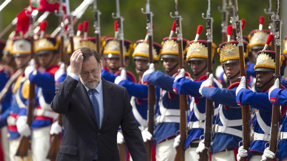 Foto: El presidente del Gobierno, Mariano Rajoy (i), pasa revista a un batallón durante su viaje a Brasil. (EFE)