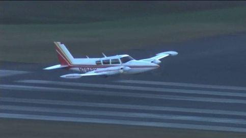 Una avioneta toma tierra sin tren de aterrizaje