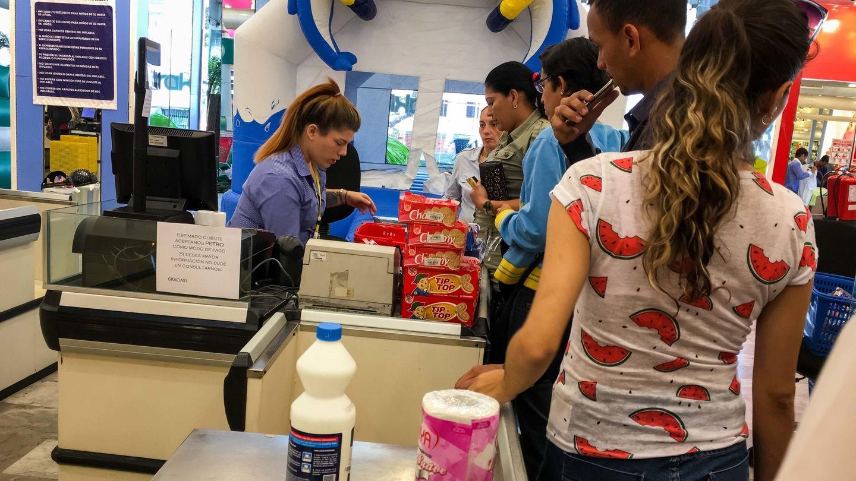 Venezolanos compran en una tienda donde se acepta la criptomoneda 'Petro', el 22 de marzo de 2018, en Caracas. (EFE)