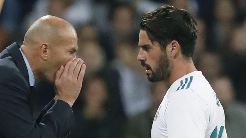 Foto: Zidane da instrucciones a Isco en el partido de Liga del Real Madrid contra el Eibar. (EFE)